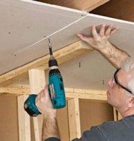 Отделка потолка в деревянном