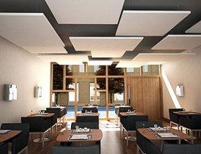 Потолок отделан плитами