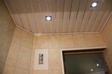 Облицовка потолка при помощи пластиковых панелей